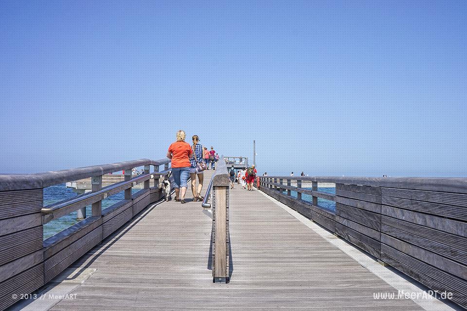 Touristen auf der neuen Seebrücke in Heiligenhafen // Foto: MeerART