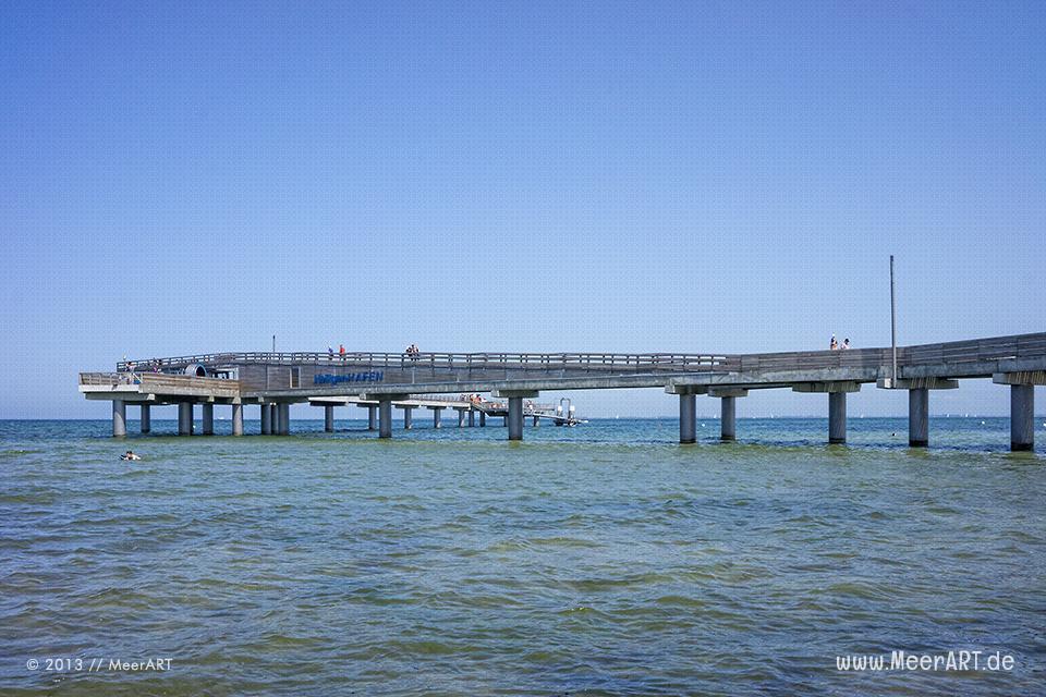 Die neue Seebrücke am Strand von Heiligenhafen // Foto: MeerART