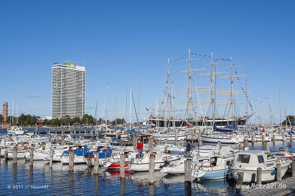 """Die Marina mit dem Traditionssegler """"PASSAT"""" und dem Maritim Hotel // Foto: MeerART"""