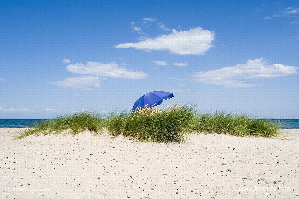 Sonnenschirm am Strand // Foto: MeerART