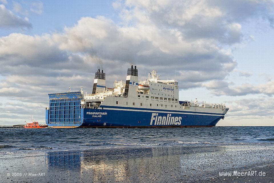 """Ostseefähre der Reederei """"FINNLINES"""" beim Auslaufen das dem Hafen von Travemünde // Foto: MeerART"""