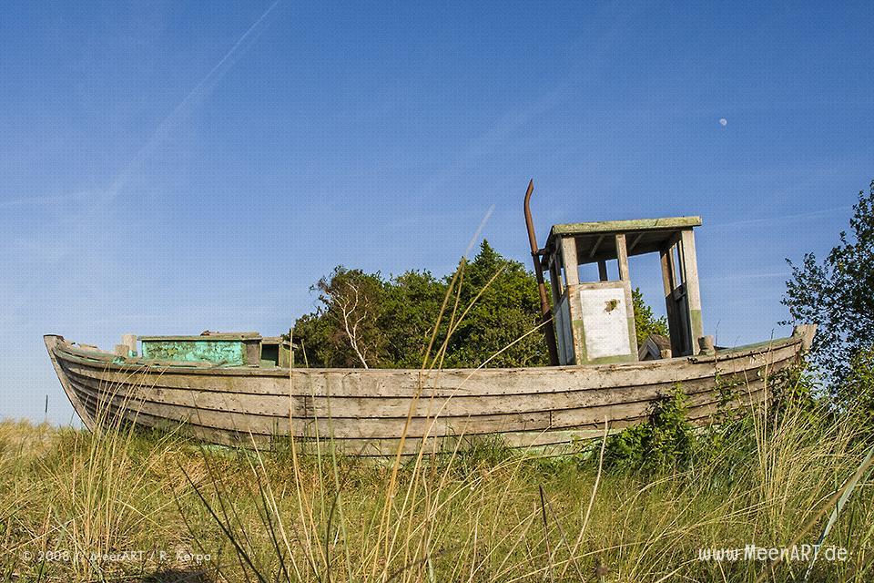 Altes Fischerboot an einem Strandabschnitt bei Zingst // Foto: R. Kerpa