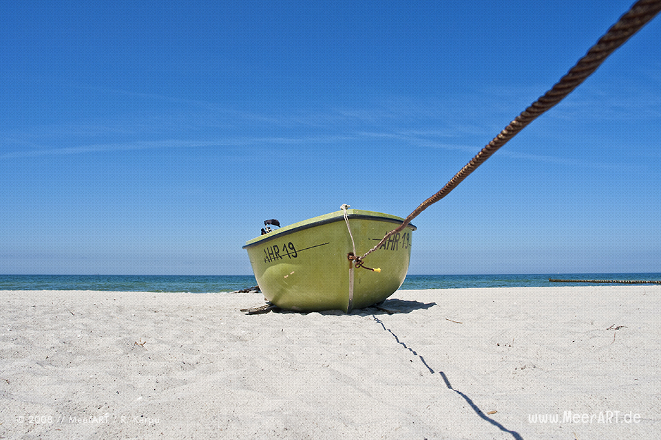 Fischerboot an einem Strandabschnitt an der Ostsee // Foto: R. Kerpa