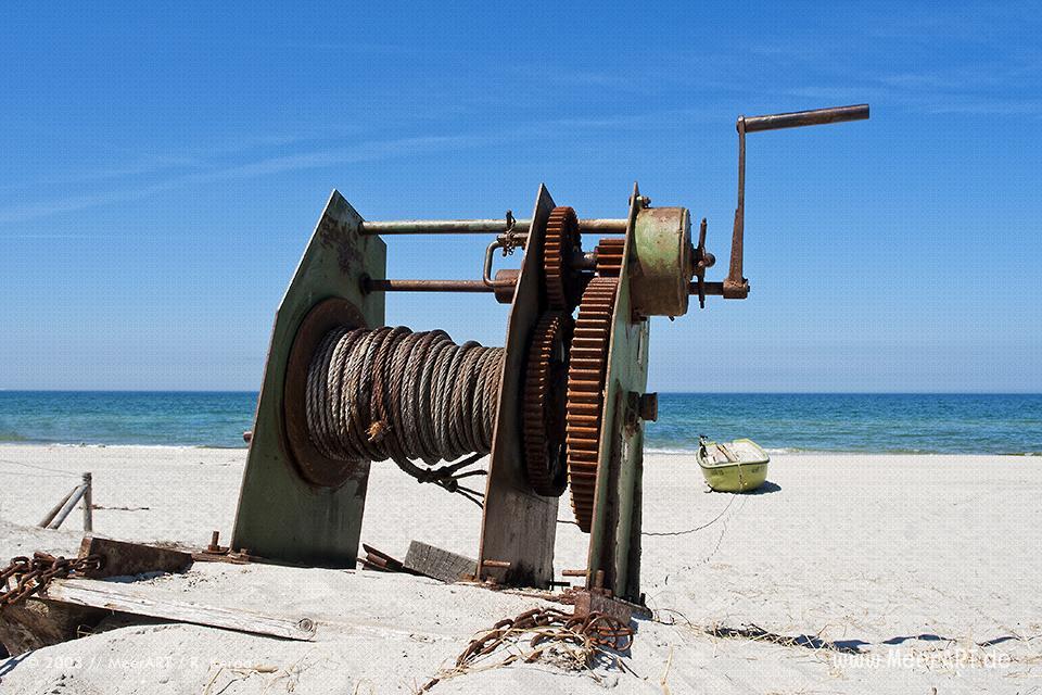 Eine alte Seilwinde an einem Strand an der Ostsee // Foto: R. Kerpa
