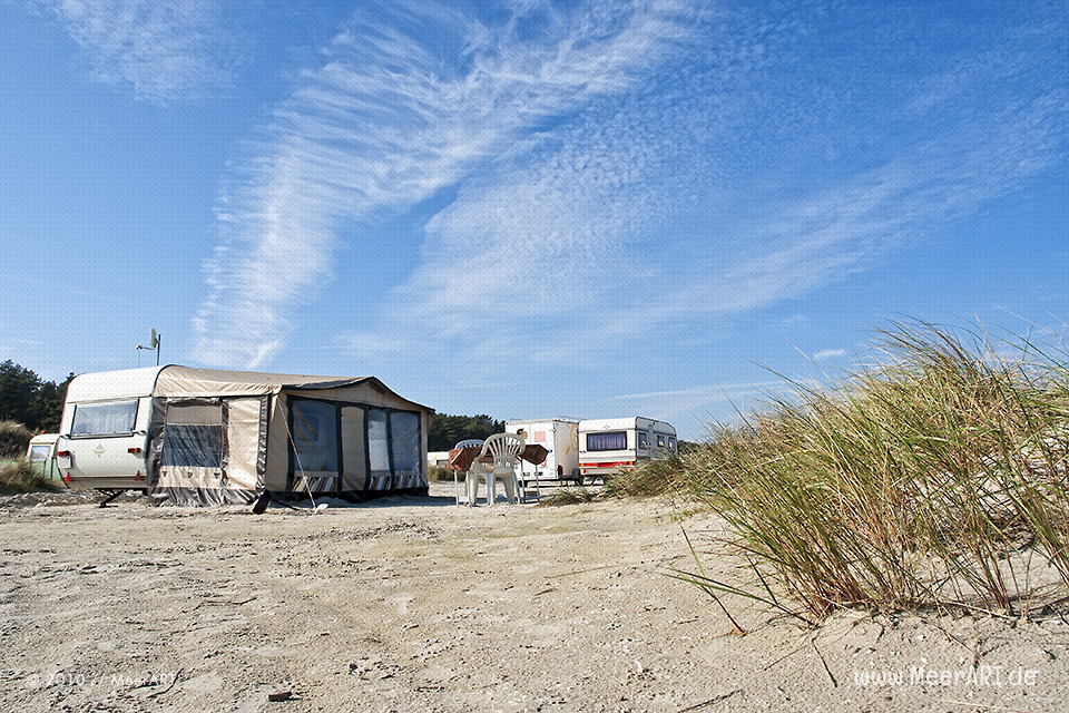 Wohnwagen auf einem Campingplatz am Strand bei Prerow // Foto: MeerART