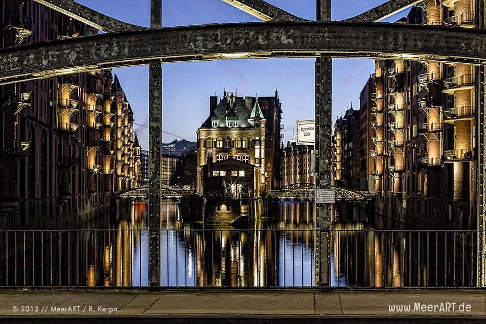 Blick von der Poggenmühlen Brücke auf das Wasserschloss in der Hamburger Speicherstadt // Foto: R. Kerpa