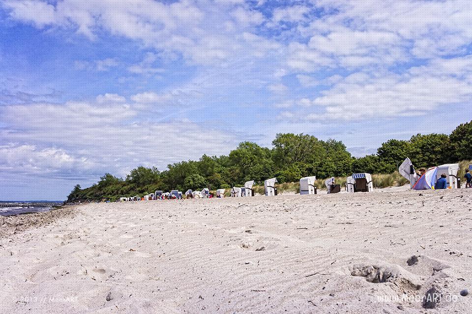 Strandkörbe auf einem belebten Strandabschnitt an der Ostsee // Foto: MeerART