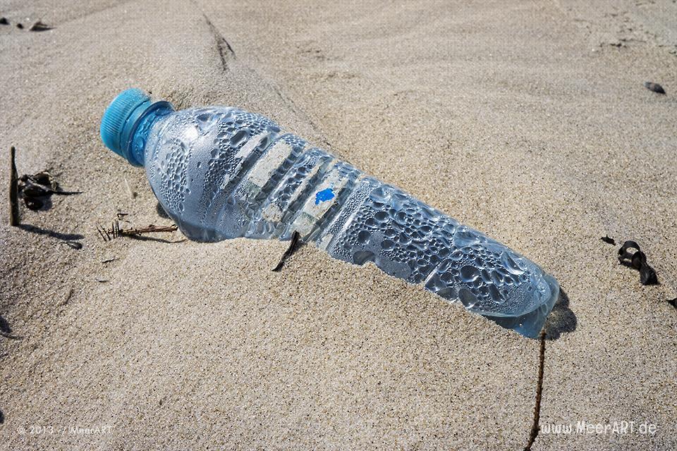 Mineralwasserflasche auf einer Sandbank im Watt // Foto: MeerART