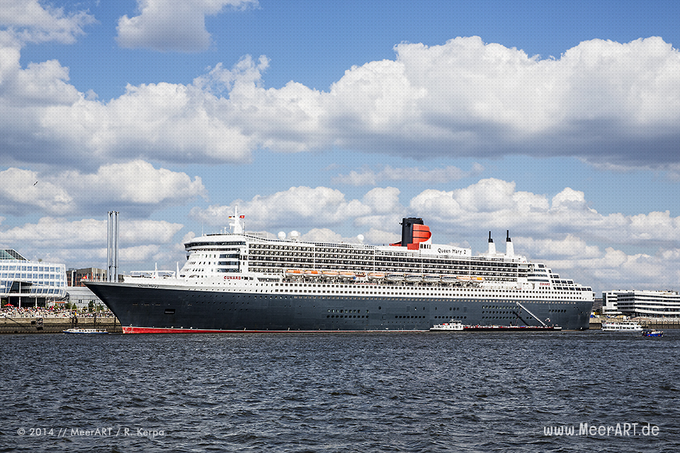 """Die """"Queen Mary 2"""" am Kreuzfahrtterminal in der Hamburger HafenCity // Foto: R. Kerpa"""