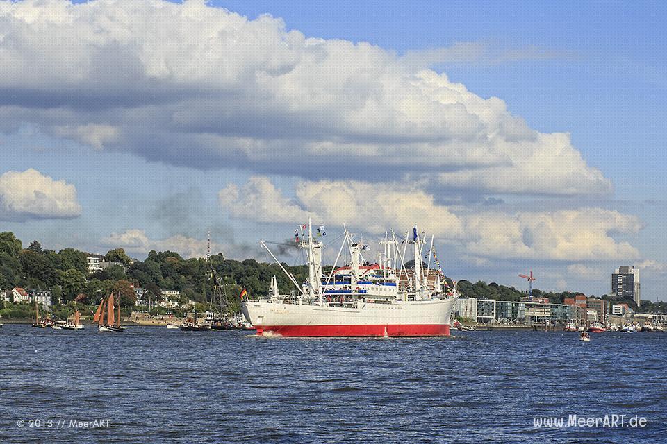 """Die """"Cap San Diego"""" mit anderen Museumsschiffen auf der Elbe im Hamburger Hafen // Foto: MeerART"""