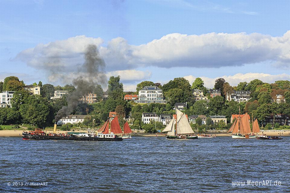 Museumsschiffe auf einer Parade auf der Elbe im Hamburger Hafen // Foto: MeerART