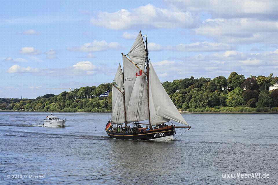 Ein Hochseekutter auf der Elbe bei Övelgönne // Foto: MeerART