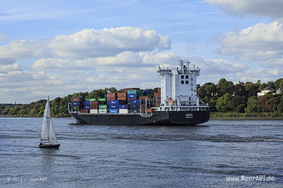"""Das Containerschiff """"Reinbek"""" verlässt den Hamburger Hafen // Foto: MeerART"""