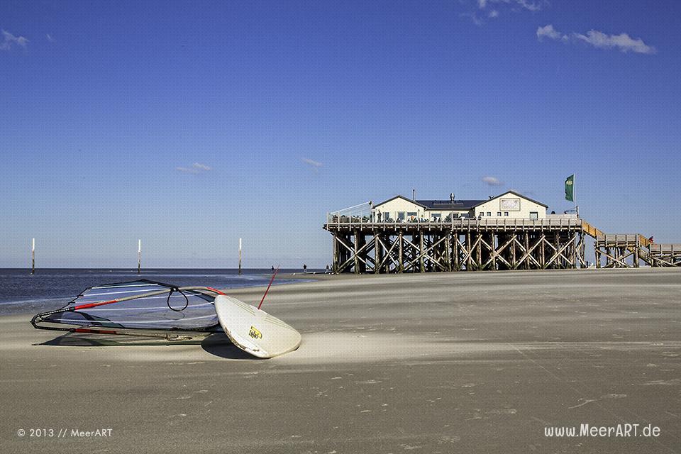 Surfbrett vor der Strandbar 54° Nord am Strand von St. Peter-Ording // Foto: MeerART