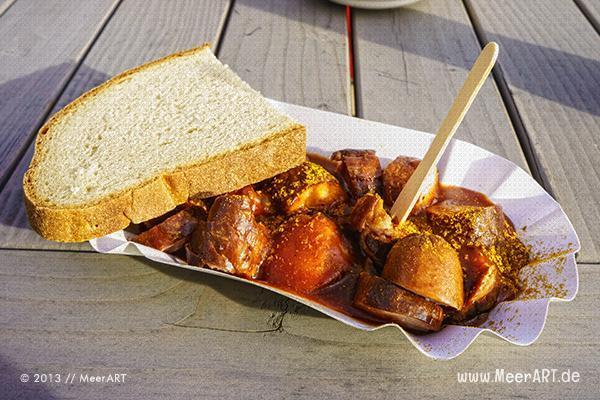 """Höllisch scharfe und leckere Currywurst im """"Bootshaus"""" HafenCity // Foto: MeerART"""