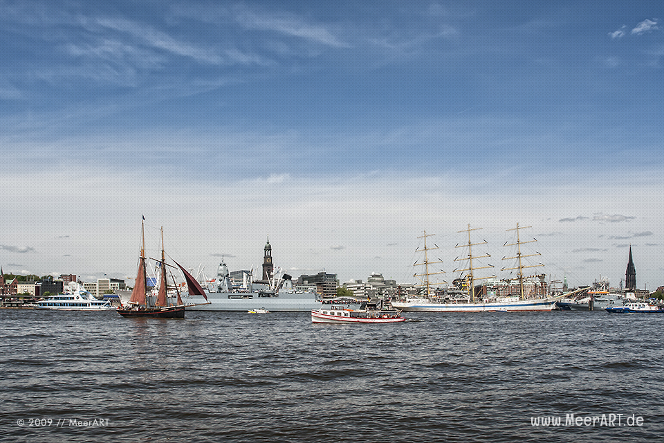 Blick auf die Landungsbrücken // Foto: MeerART