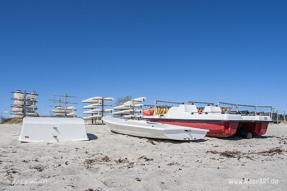 Surfboards und Boote am Strand von Hohwacht // Foto: MeerART