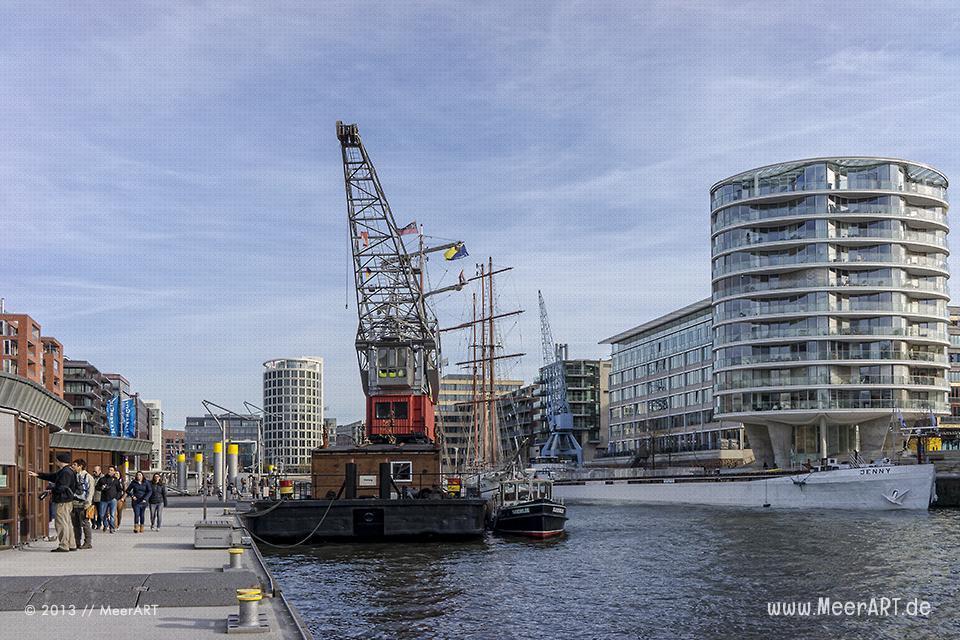 """Das Zuhause von """"Harry's Hamburger Hafenbasar"""", der Schwimmkran """"GREIF"""" an seinem Liegeplatz in der HafenCity // Foto: MeerART"""