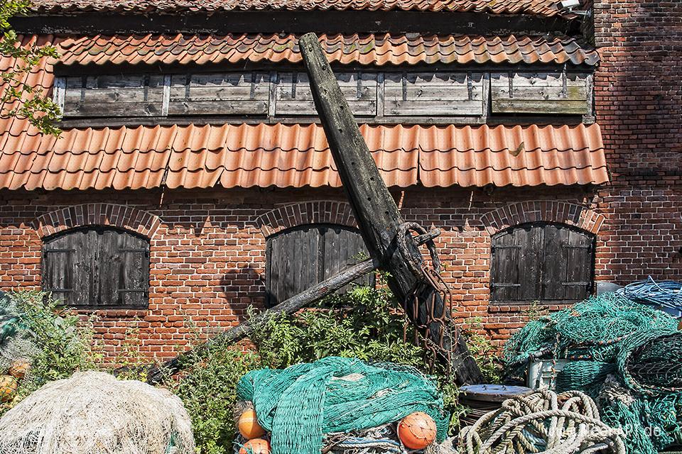 Fischernetzte und ein alter Anker Burgstaaken auf Fehmarn // Foto: MeerART