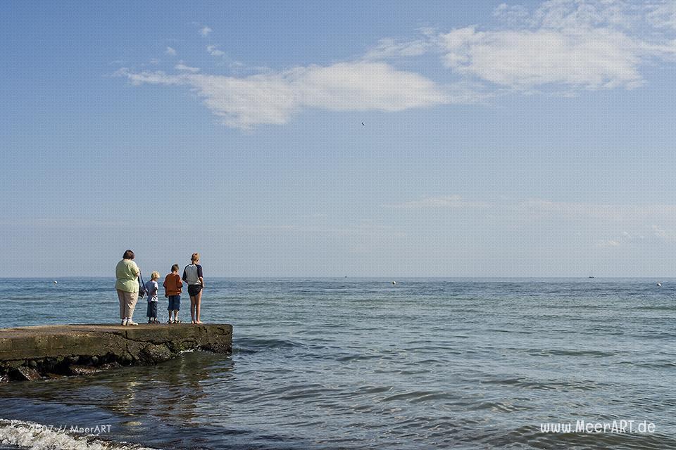 Touristen auf einer Betonmole an der Ostsee // Foto: MeerART