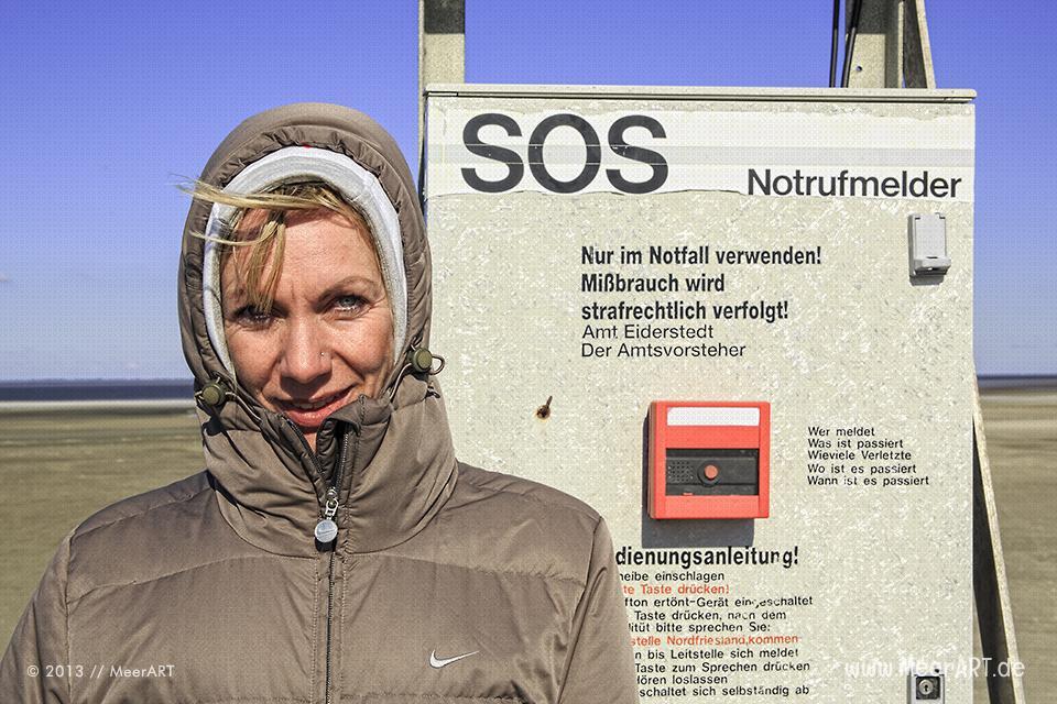 Notrufmelder auf einem Rettungsturm im Watt vor Westerhever // Foto: MeerART