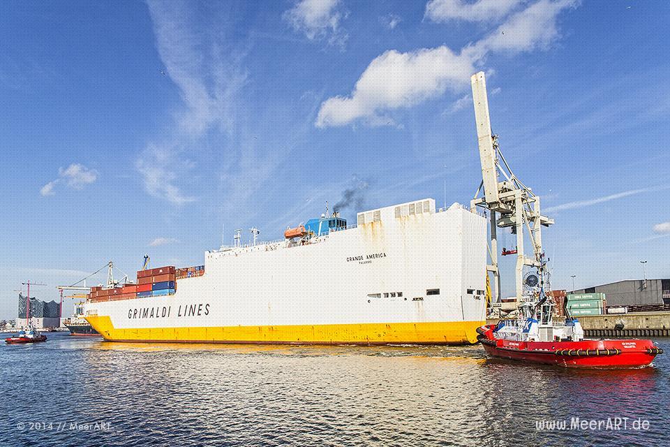 """Das RoRo/ConRo-Schiff """"GRANDE AMERICA"""" (IMO: 9130937, Baujahr: 1997, BRZ: 56642, Tragfähigkeit: 27965 t, Container: 1321 TEU) wird von zwei Schlepper auf seinem Liegeplatz in den Hansahafen in Hamburg manövriert."""