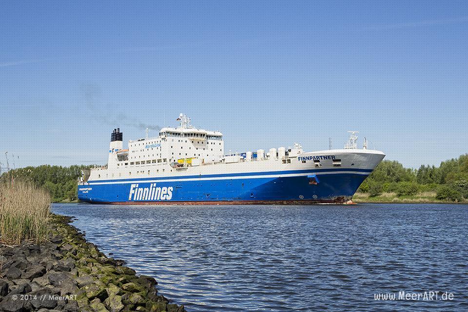 """Ostseefähre der Reederei """"FINNLINES"""" auf der Trave beim Fischerdorf Gothmund // Foto: MeerART"""