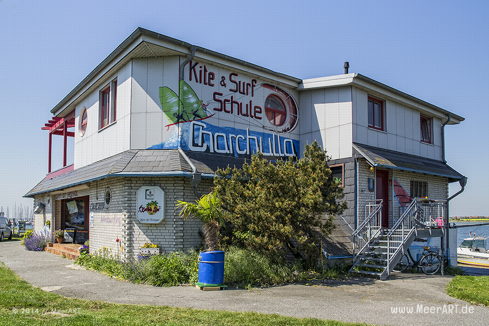 """Kite- und Surfschule """"Charchulla"""" beim Yachthafen Burgtiefe auf Fehmarn // Foto: MeerART"""