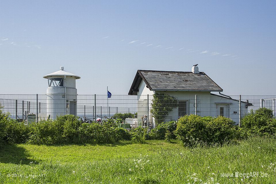 Der kleine weiße Leuchtturm von Strukkamphuk auf der Ostseeinsel Fehmarn // Foto: MeerART
