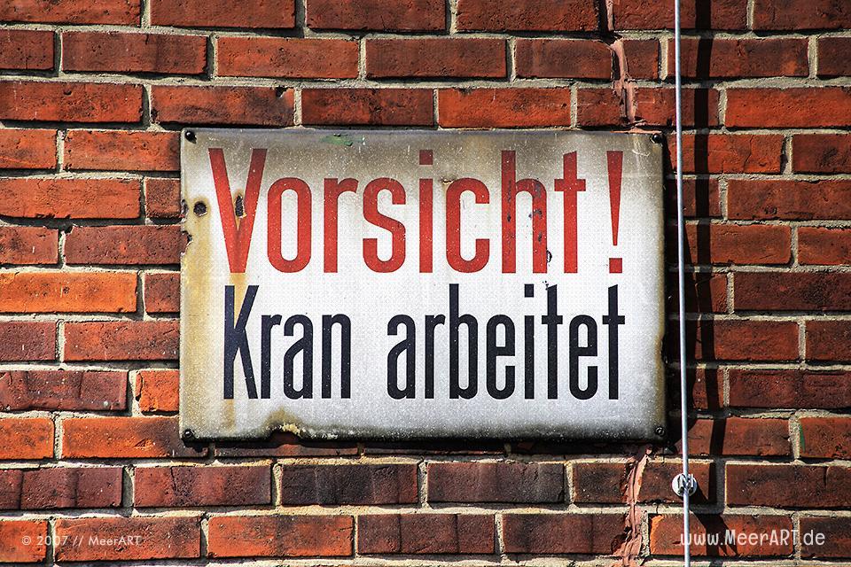"""Warnschild im Hansahafen mit der Aufschrift """"Vorsicht Kran"""" // Foto: MeerART"""