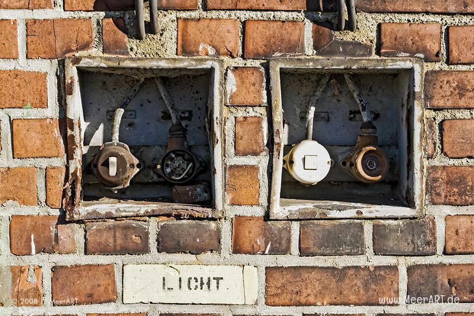 Marode Lichtschalter an einer Lagerhalle im Hansahafen // Foto: MeerART