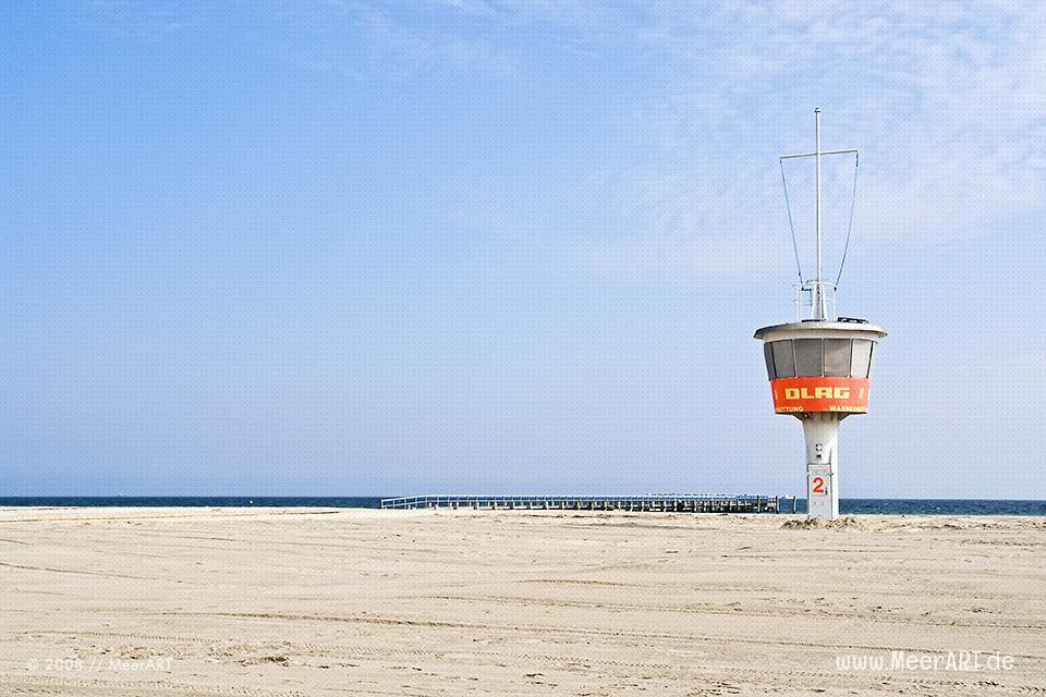 Rettungsturm am Strand von Travemünde // Foto: MeerART