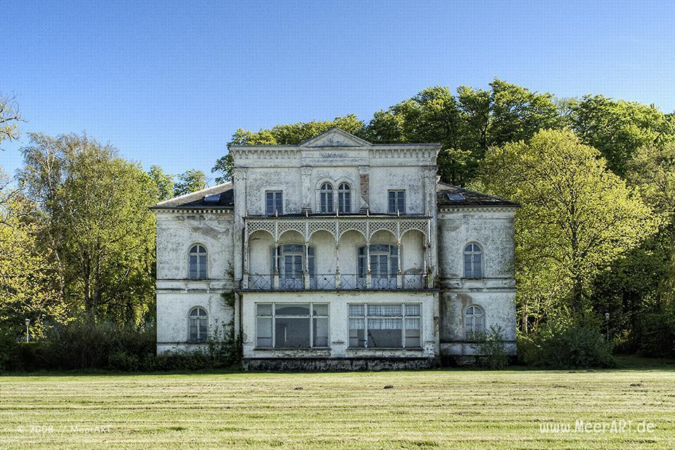 Marode Villa an der Strandpromenade in Heiligendamm // Foto: MeerART