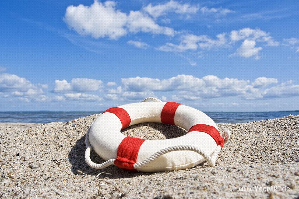 Rettungsring am Strand an der Ostsee // Foto: MeerART