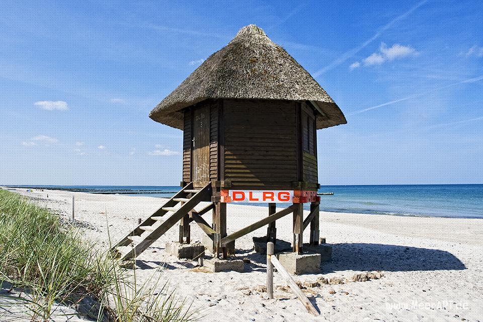 DLRG Rettungsturm am Strand bei Wustrow // Foto: MeerART