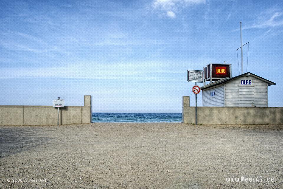 Zugang zum Strand mit DLRG-Haus am Strand in Niendorf // Foto: MeerART