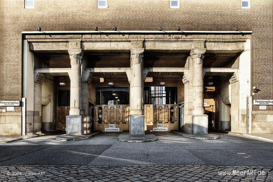 Zufahrt zum alten Elbtunnel in Hamburg // Foto: MeerART
