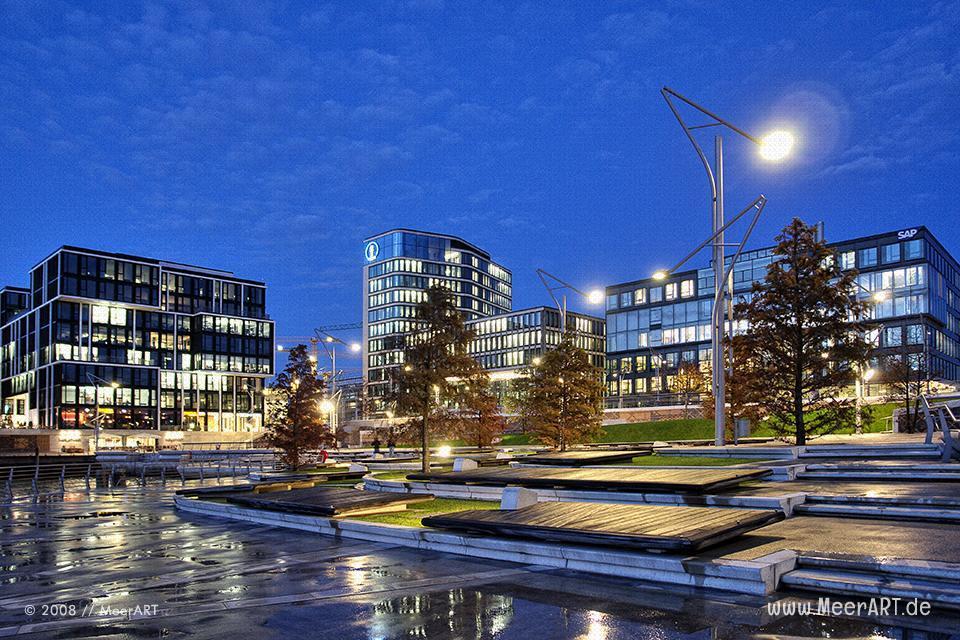 Geschäftsgebäude in der Hamburger Hafencity bei Nacht // Foto: MeerART