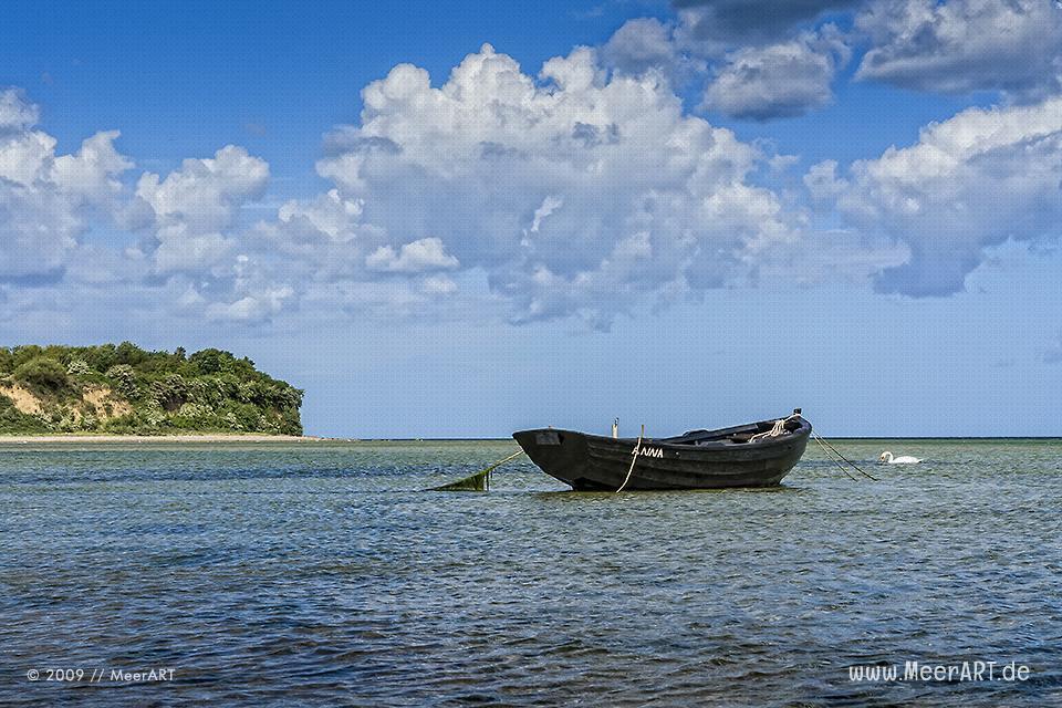 Fischerboot im Wasser vor der Insel Rügen // Foto: MeerART