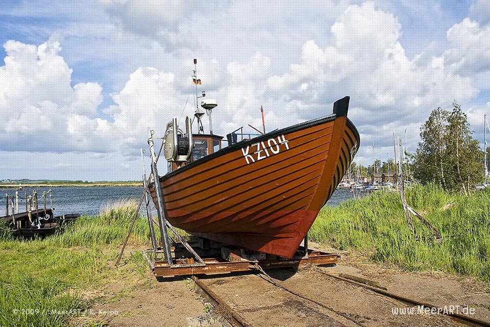Fischerboot auf einer Slipanlage im Hafen von Gager // Foto: R. Kerpa
