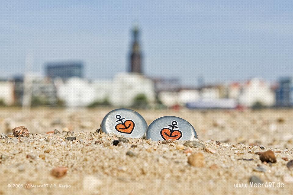 Zwei Astra-Kronkorken am Strand im Hamburger Hafen // Foto: R. Kerpa