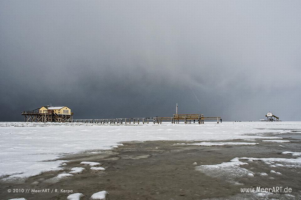 Pfahlhäuser im Winter am Strand von St. Peter-Ording // Foto: R. Kerpa