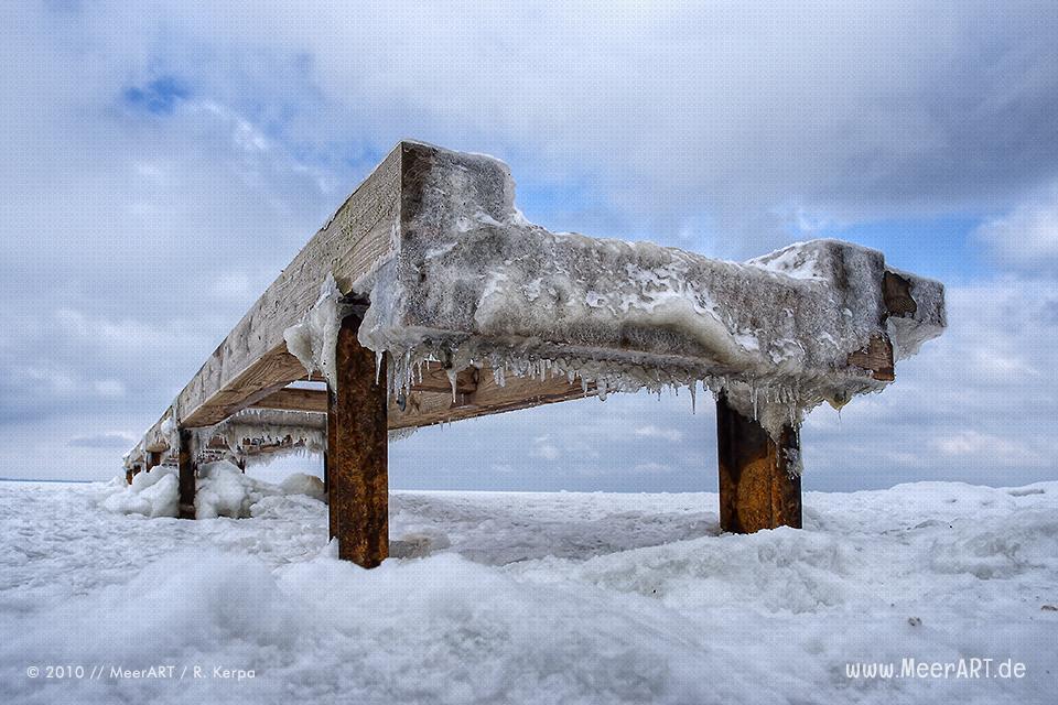 Holzsteg an einem Strand an der Ostsee im Winter // Foto: R. Kerpa