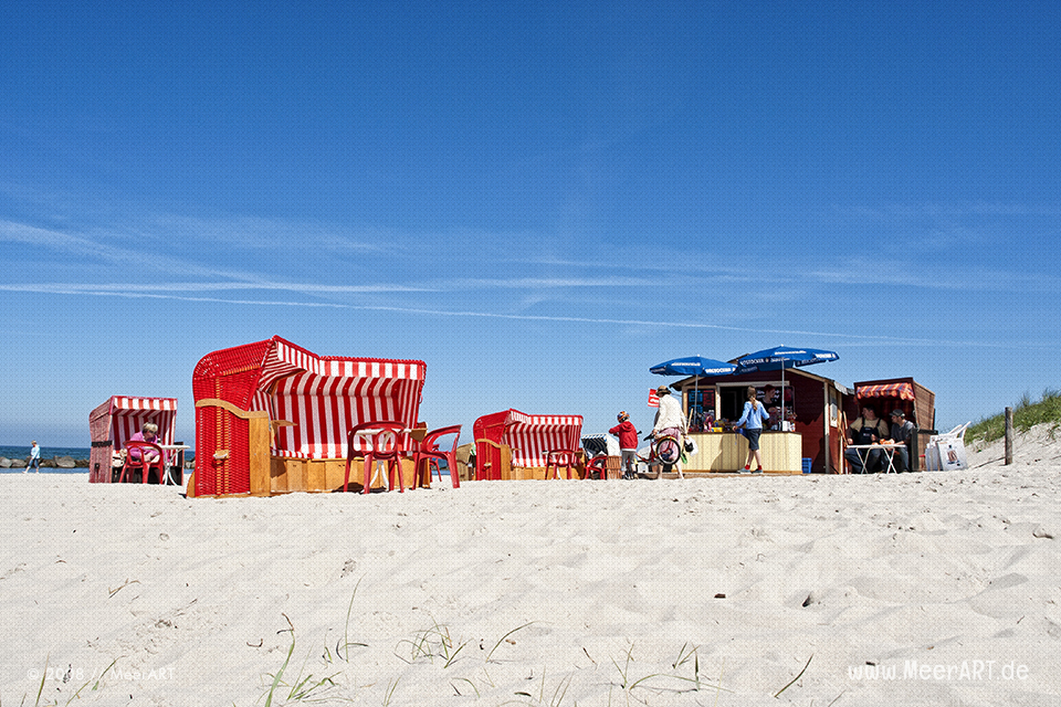 Strandkörbe an einem Strand bei Wustrow // Foto: MeerART