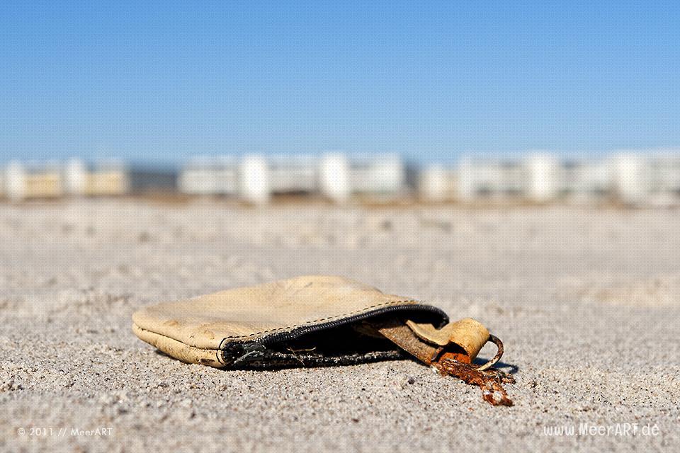 Verlorener Haustuerschlüssel am Strand // Foto: MeerART