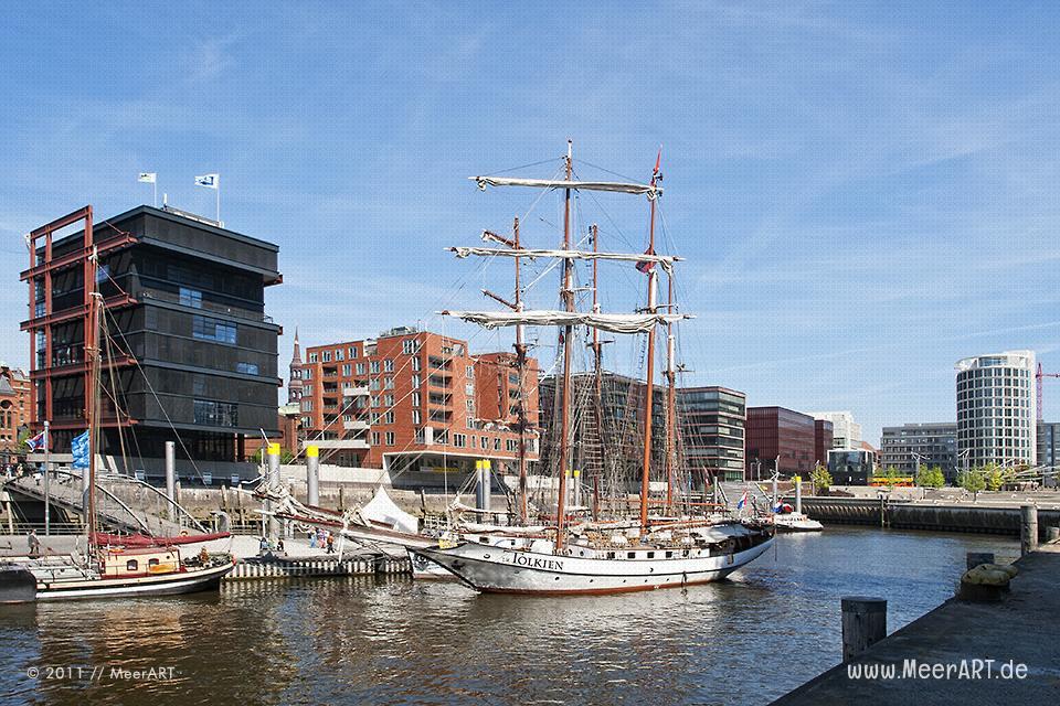 Schiffe im Museumshafen direkt in der HafenCity von Hamburg // Foto: MeerART