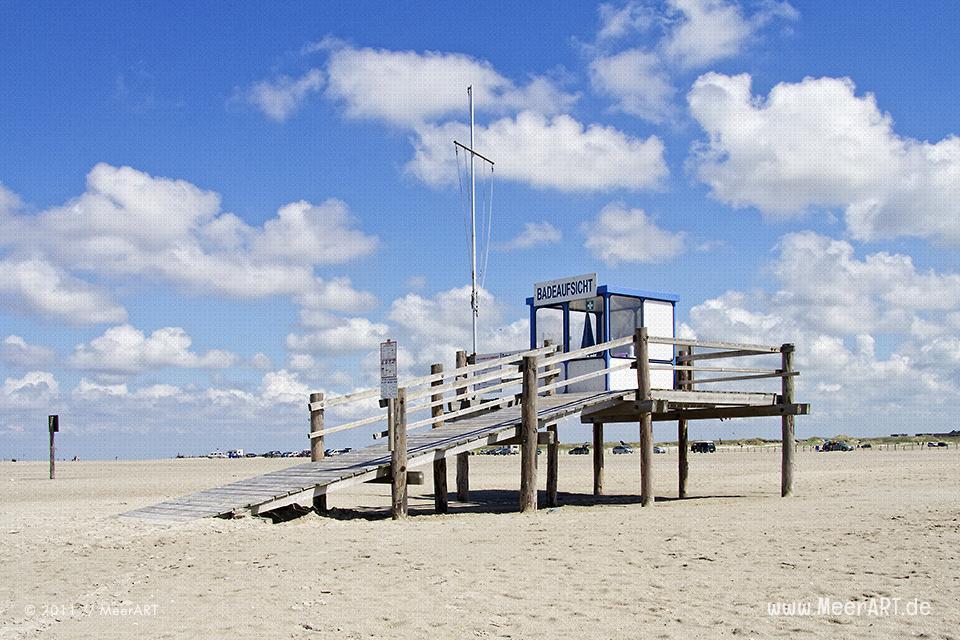 Pfahlhaus der Badeaufsicht am Strand von St. Peter Ording // Foto: MeerART