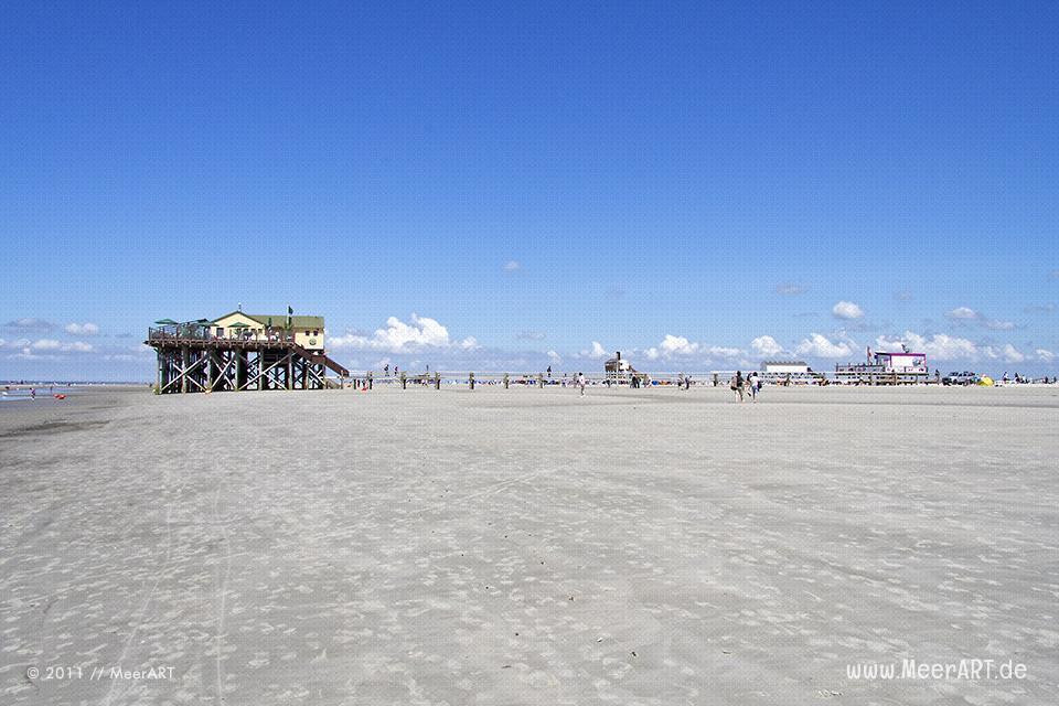 Pfahlhäuser am Strand von St. Peter Ording // Foto: MeerART
