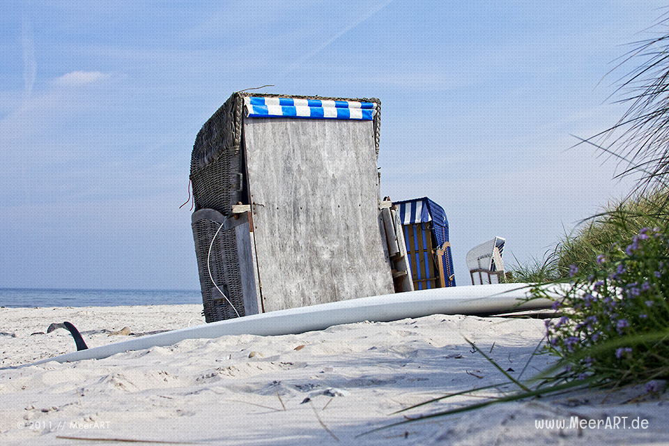 Strandkörbe und ein Surfbrett am Strand von Schönberg/Kalifornien an der Ostsee // Foto: MeerART
