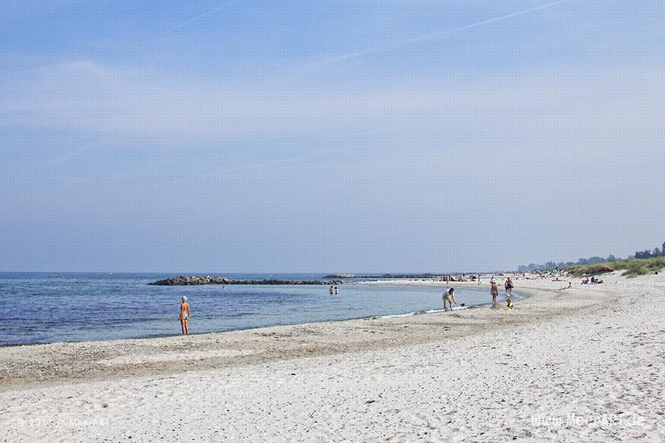 Badeurlauber an einem Strandabschnitt an der Ostsee bei Schönberg/Kalifornien // Foto: MeerART